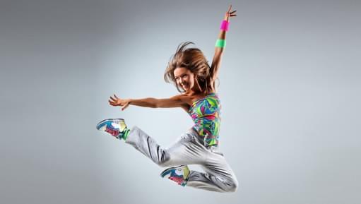Eine Frau tanzt zu Zumba