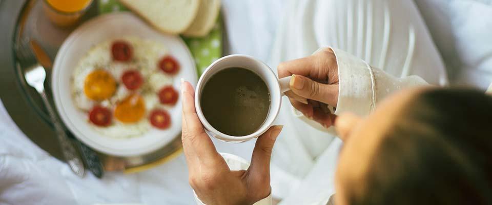 Mulher a beber café | Dicas para comer menos doces | Holmes Place