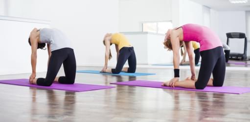 Mulheres a fazerem treino de flexibilidade | Mind and body | Aula de Grupo | Holmes Place