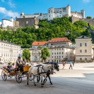 ludzie podczas przejażdżki bryczką podczas pobytu w Salzburgu | Holmes Place