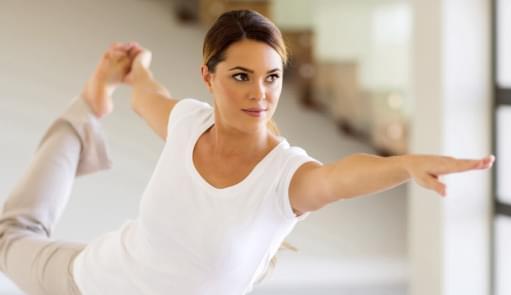 Senhora a praticar Yoga | Mind & Body | Aulas de grupo | Holmes Place