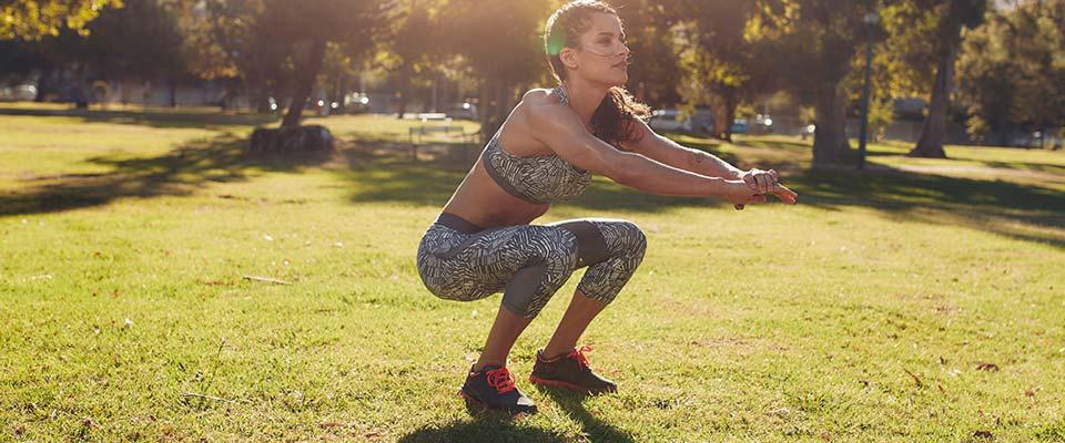 Mulher a fazer agachamento | Fitness | Holmes Place