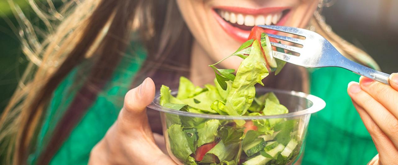 Rapariga a comer salada | Alimentos perda de peso | Holmes Place