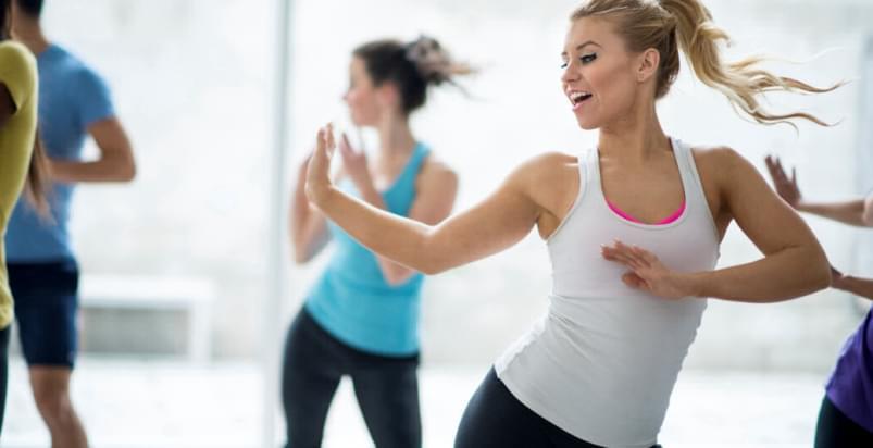 dziewczyny podczas zajęć zumba fitness w Holmes Place