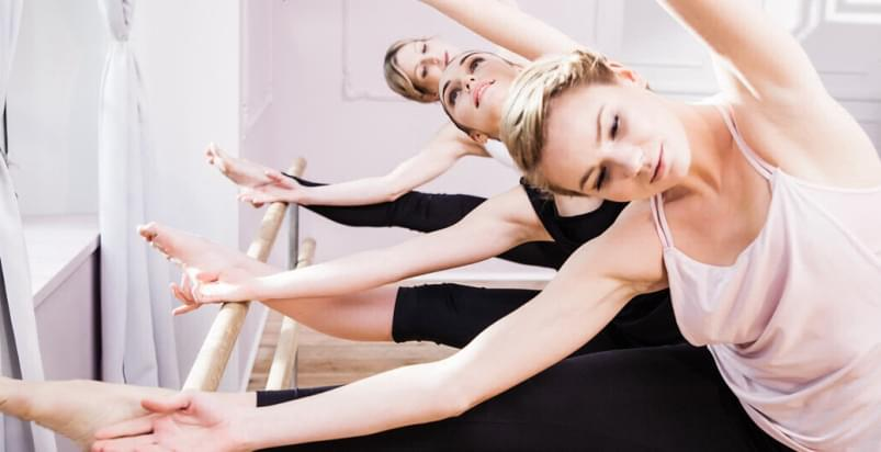 kobiety podczas zajęć pilates, joga, ballet w Holmes Place Skorosze