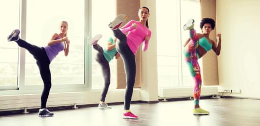 Mulheres a praticarem power kick | Aula de Grupo | Holmes Place