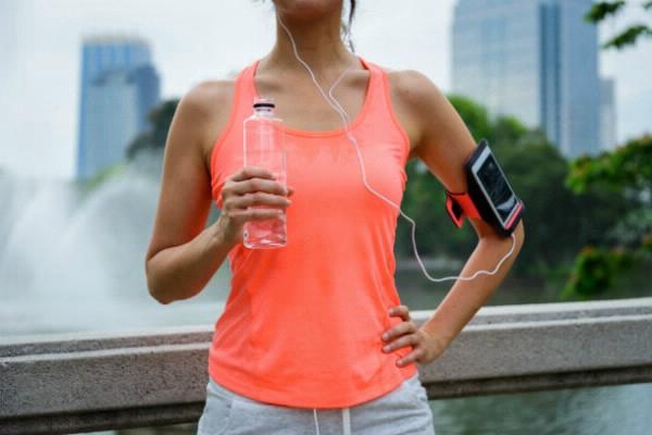dziewczyna z butelką wody | Holmes Place