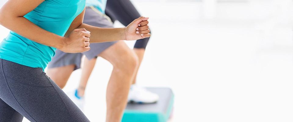 Grupo a fazer aula de step | treino fitness para glúteos e coxas | Holmes Place