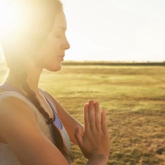 Senhora a praticar a meditação no Yoga | Holmes Place