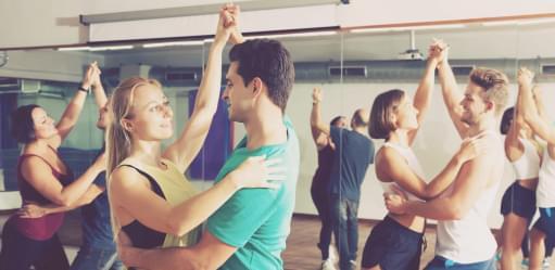 Grupo a fazer danças latinas | Aula | Holmes Place