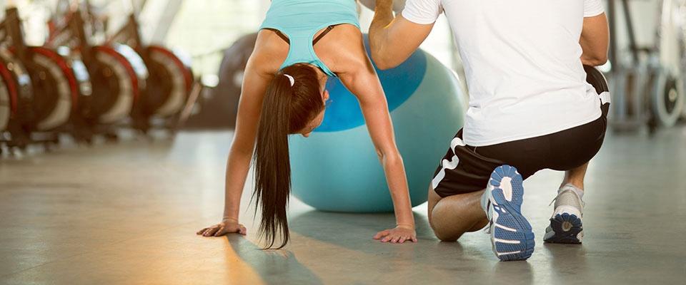 Rapariga a fazer exercícios de fitness para combater os excessos das festas | Holmes Place