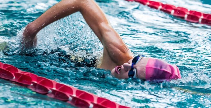 kobieta podczas treningu pływania w Holmes Place
