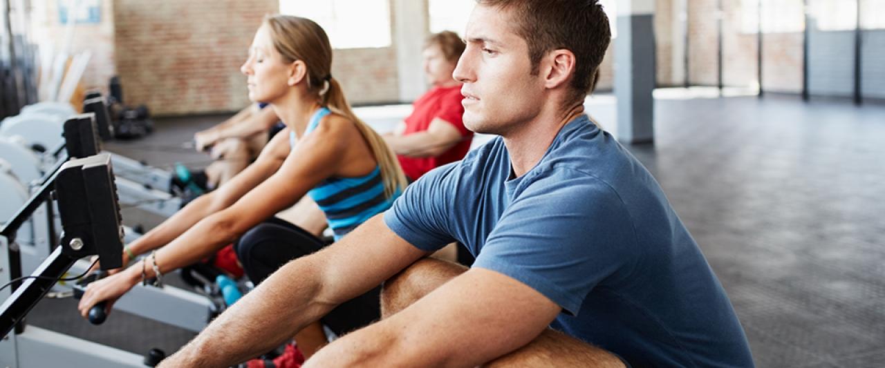 Grupo a fazer remo no ginásio | Treino | Perder Peso | Holmes Place