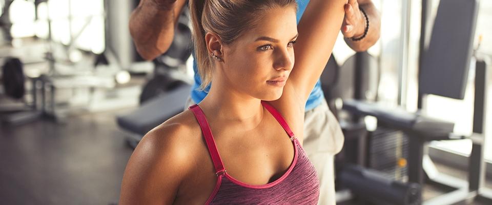 dziewczyna podczas treningu personalnego w klubie fitness holmes place
