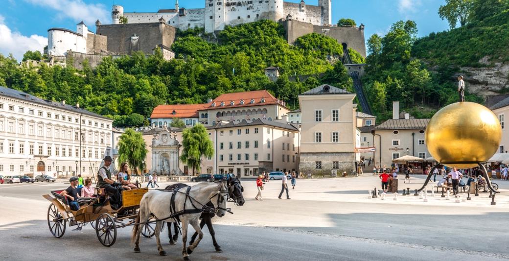 ludzie podczas przejażdżki bryczką w Salzburgu | Holmes Place