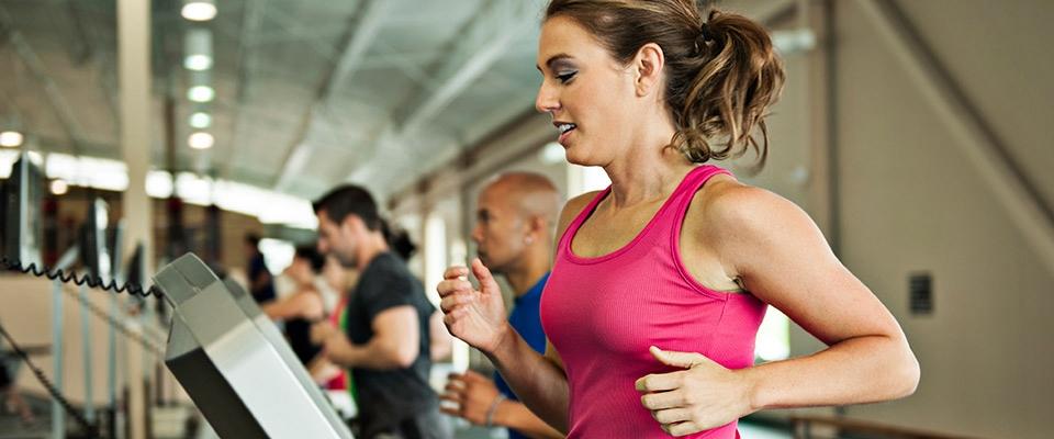 Grupo a correr na passadeira | Exercício físico e digestão | Holmes Place