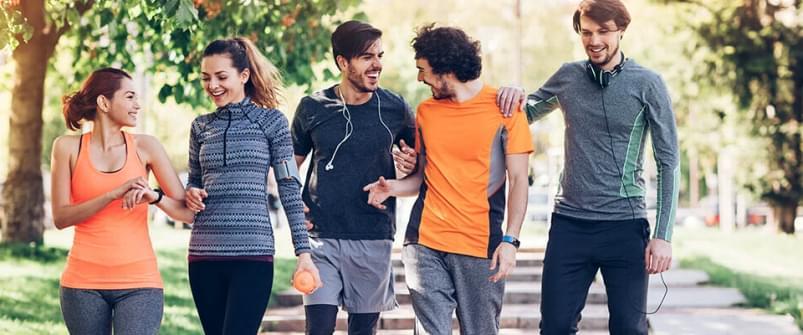 Grupo de amigos a caminhar | Caminhada Trilho | Holmes Place