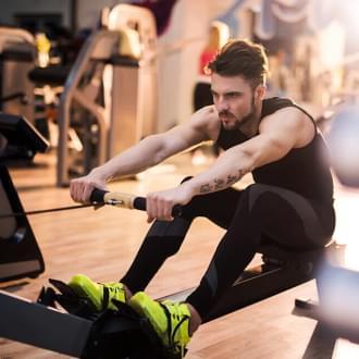 Homem a fazer remo | Overtraining | Fitness | Holmes Place