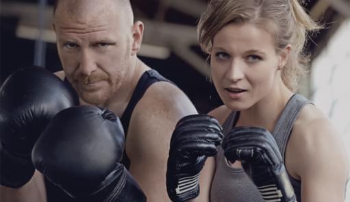 Pessoas a treinarem Kickboxing | Aulas de Grupo | Holmes Place