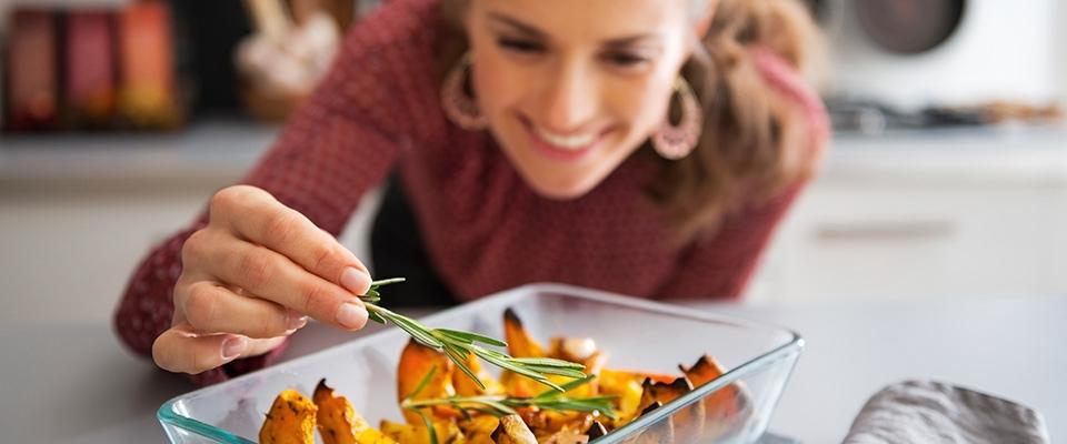 Mulher a cozinhar | Dieta para aumentar a sensação de Bem-estar | Holmes Place