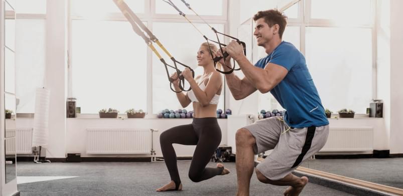 2 Gymnies traineren mit dem TRX