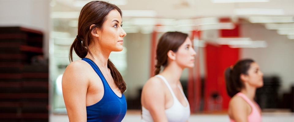 Grupo de mulheres a fazer uma aula de Pilates no ginásio | Holmes Place