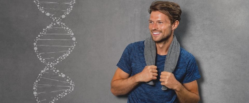 Homem a sorrir com toalha de treino | GeneticNutrition | Holmes Place