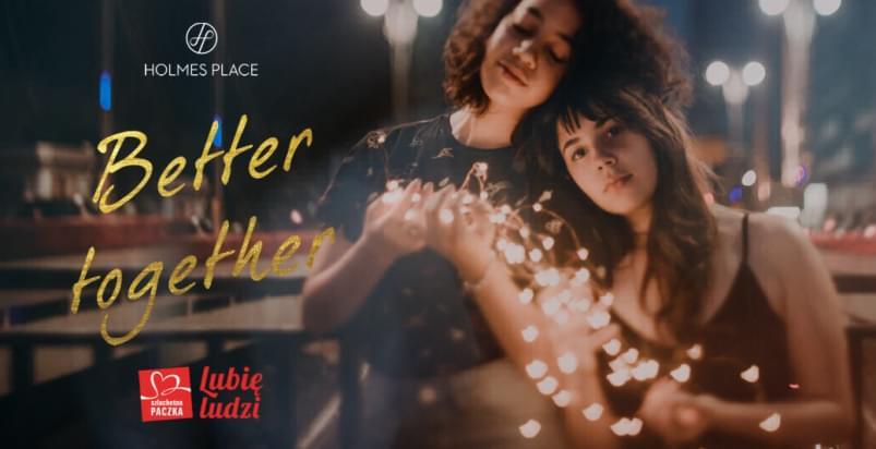 dwie dziewczyny z lampkami świątecznymi