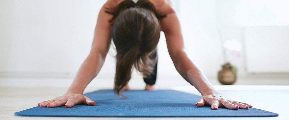 Mulher a fazer yoga insónias banner