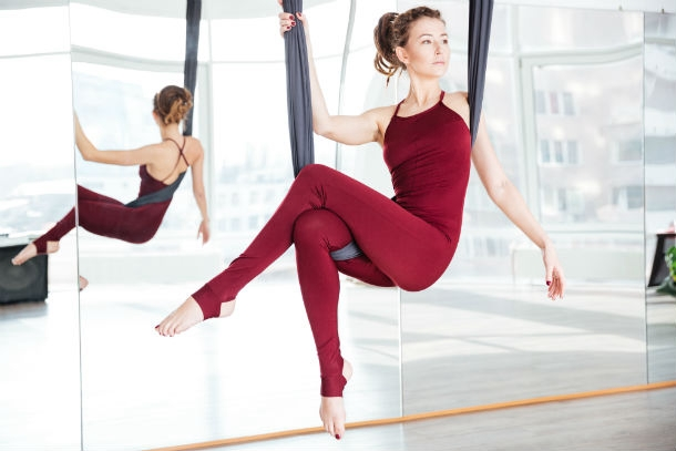 Frau testet Aerial Yoga