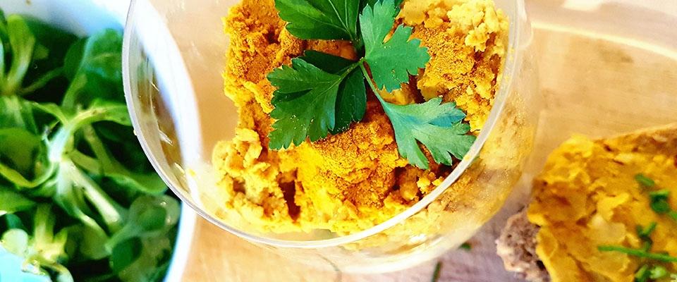 gesundes rezept für selbstgemachten curry hummus banner