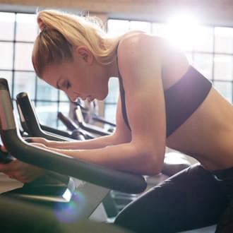 Mulher a treinar | Exercícios para reduzir a ansiedade | Holmes Place