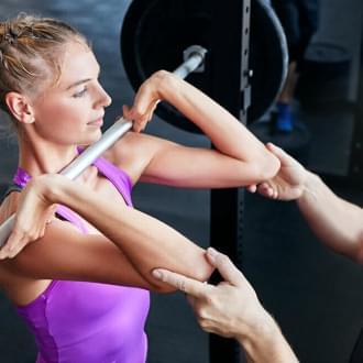 Mulher a treinar com personal trainer | Gastar 500 calorias por dia | Holmes Place