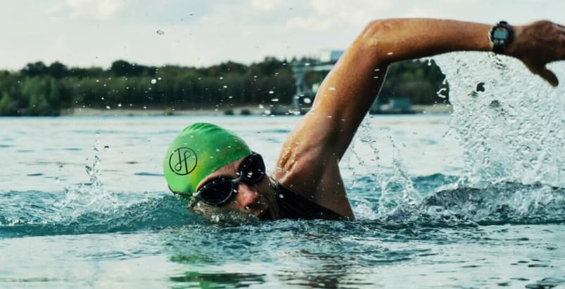 plywak w wodzi podczas treningu Open water swimming