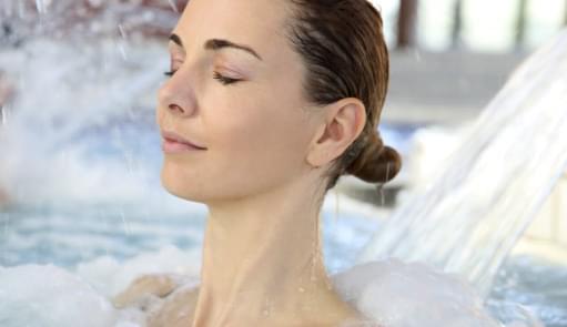 Mulher a fazer uma aula de Hidroterapia | Aula de Grupo | Holmes Place
