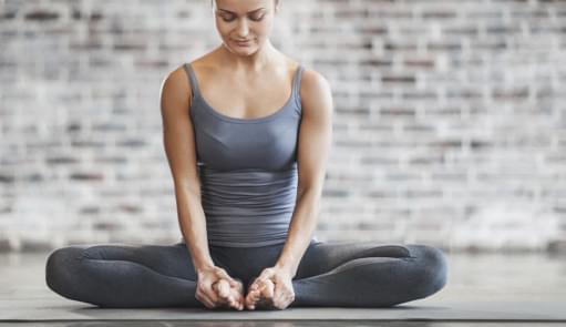 Mulher a fazer aula de BodyBalance | Mind & Body | Aula de Grupo | Holmes Place