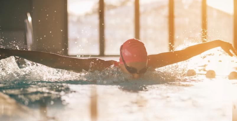 Pływak podczas treningu na basenie w Holmes Place