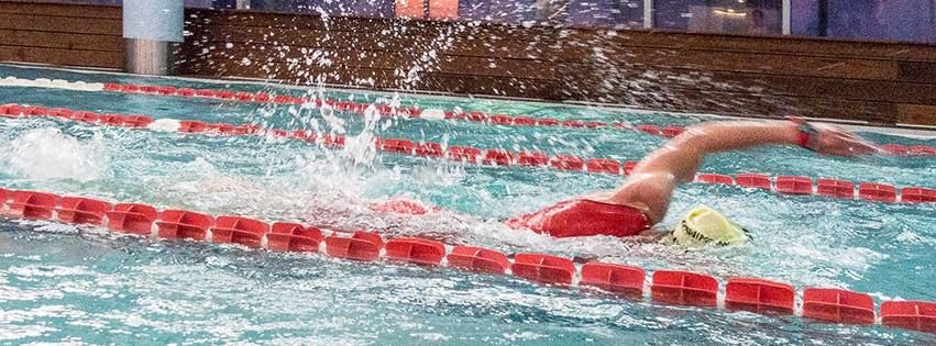 pływak w basenie podczas Holmes Place Indoor Triathlon