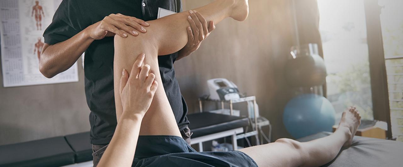 Pessoa na fisioterapia a tratar lesão | Holmes Place