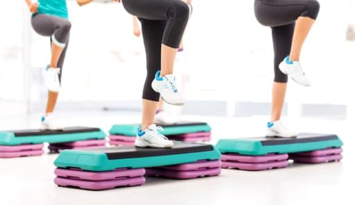 Mulheres a fazerem treino de step | Aula de Grupo | Holmes Place