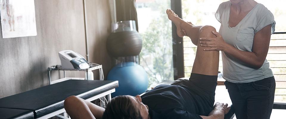 Homem numa sessão de fisioterapia | Recuperar pós treino | Holmes Place