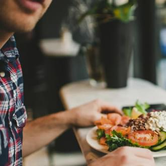 Homem a comer um prato com gordura saudável | Dieta | Holmes Place