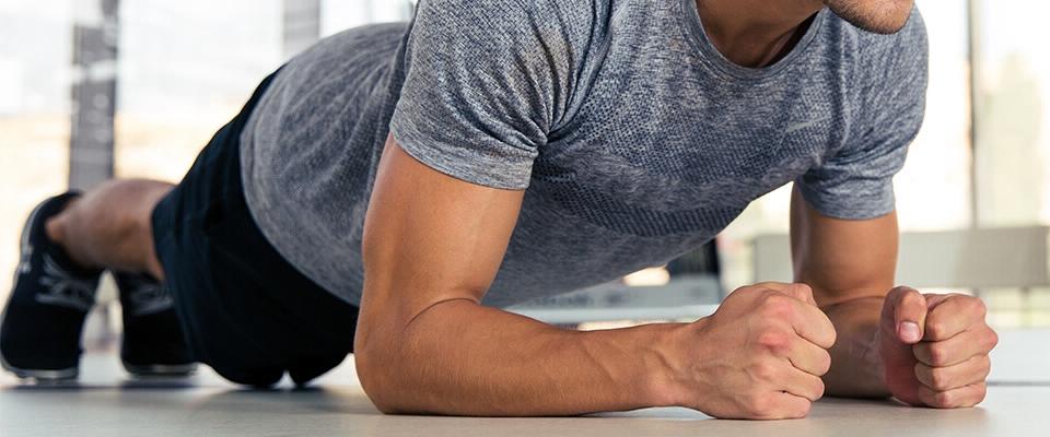 homem plank pose ginásio treino fitness | Holmes Place