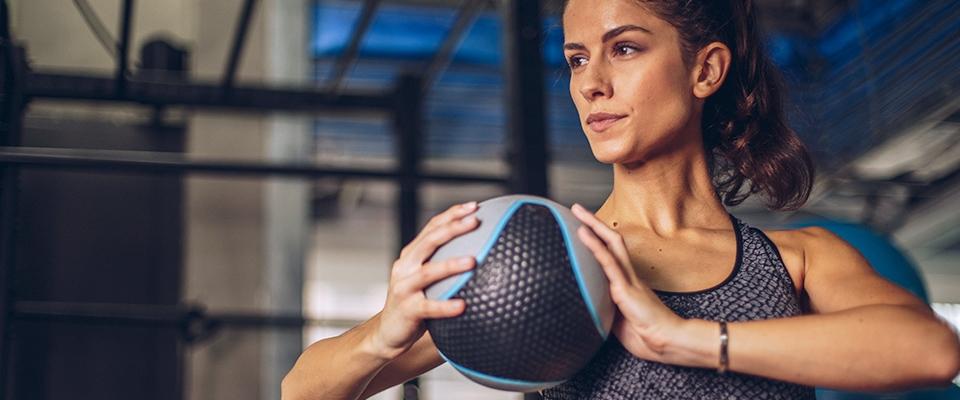 Mulher a treinar no ginásio com bola | Ano Novo | Holmes Place