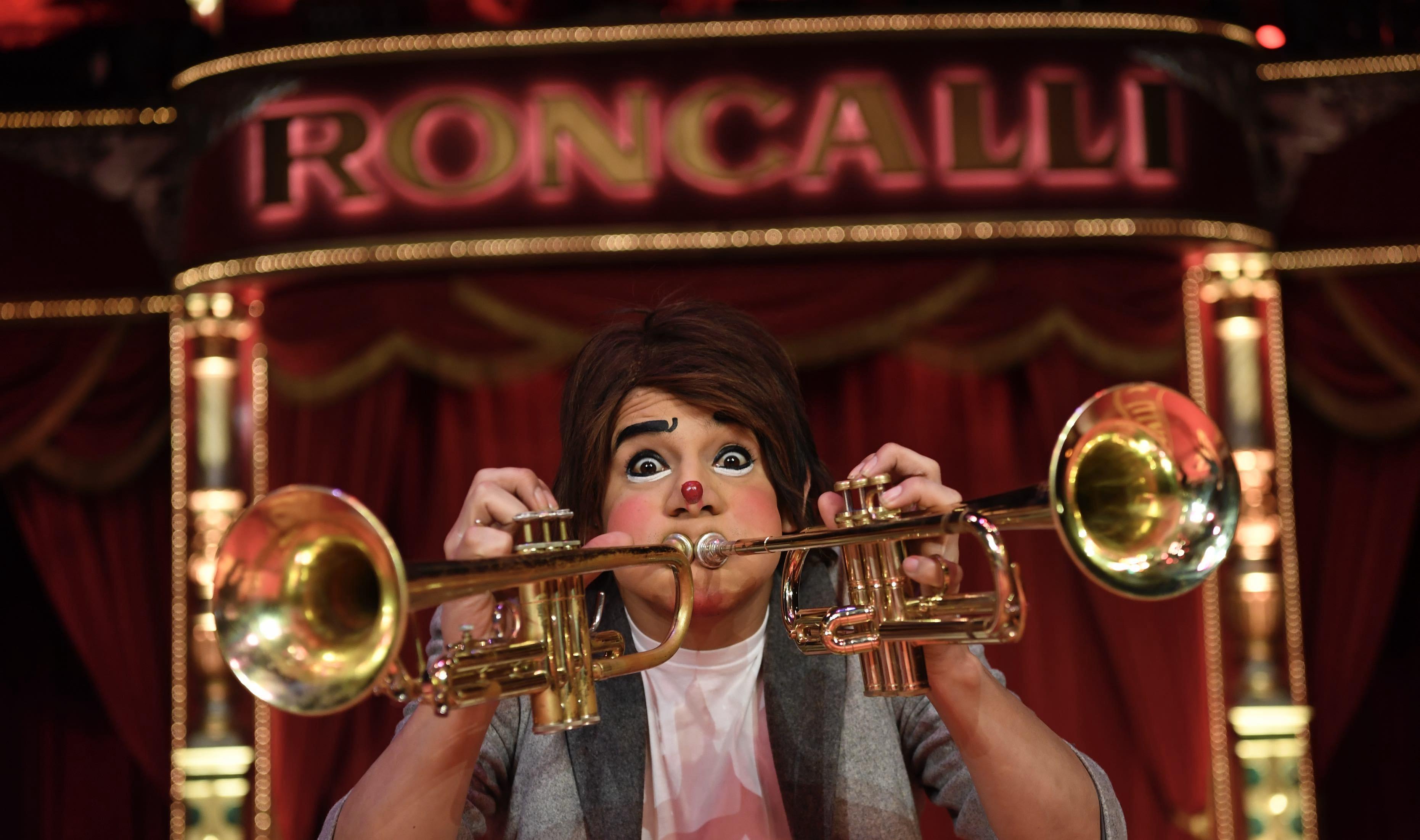 Roncalli Clown mit 2 Trompeten