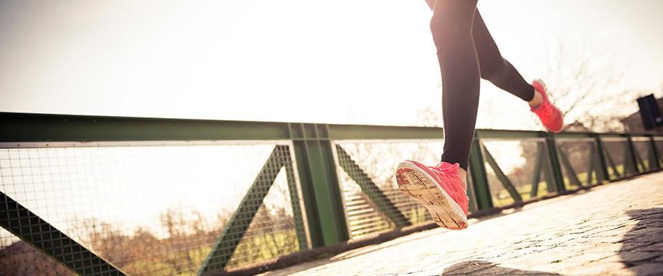 Pessoa a pôr em práticas as dicas para se tornar um melhor corredor | Holmes Place