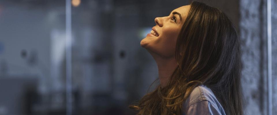 uśmiechnięta kobieta słucha muzyki Holmes Place