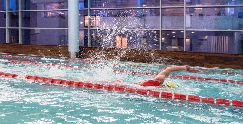 mężczyzna płynący w basenie | Holmes Place