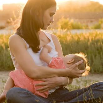 Mulher a amamentar filho | Dieta e amamentação | Holmes Place