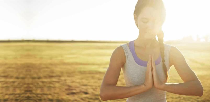 Rapariga a fazer meditação no Yoga - Holmes Place